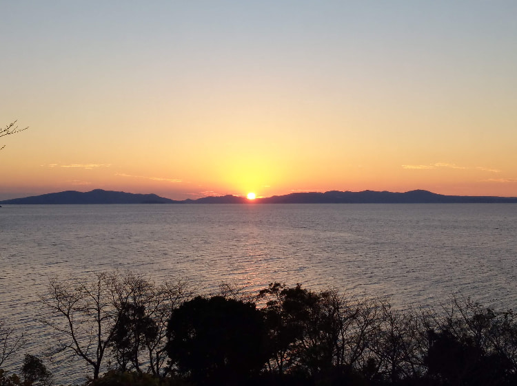湯の児半島大崎公園から長島に沈む夕日丨水俣病センター相思社の水俣案内