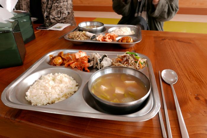 蔚山の斗東小学校での給食|水俣病センター相思社
