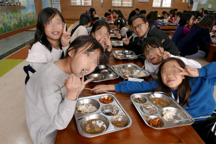 蔚山の斗東小学校での給食風景|水俣病センター相思社