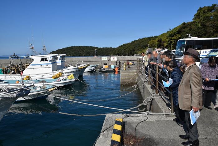 光明寺のみなさまを茂道漁港にお連れした|水俣病センター相思社の水俣案内
